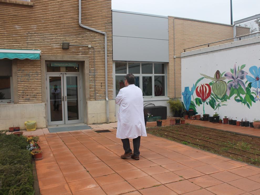 Alfonso Pérez Poza, Sociedad Aragonesa y Riojana de Psiquiatría (SARP), entrando al Hospital de Día de Psiquiatría del Hospital Miguel Servet.
