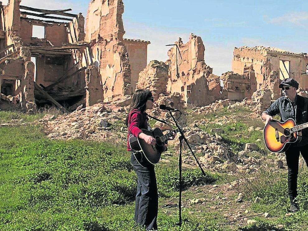 Eva Amaral y Juan Aguirre, junto a Ariel Rot, tocando en las ruinas de Belchite.