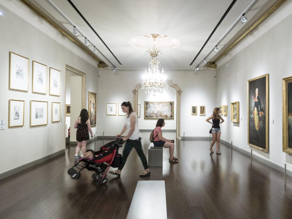 Visitantes en una de las salas del Museo Goya Ibercaja de Zaragoza.