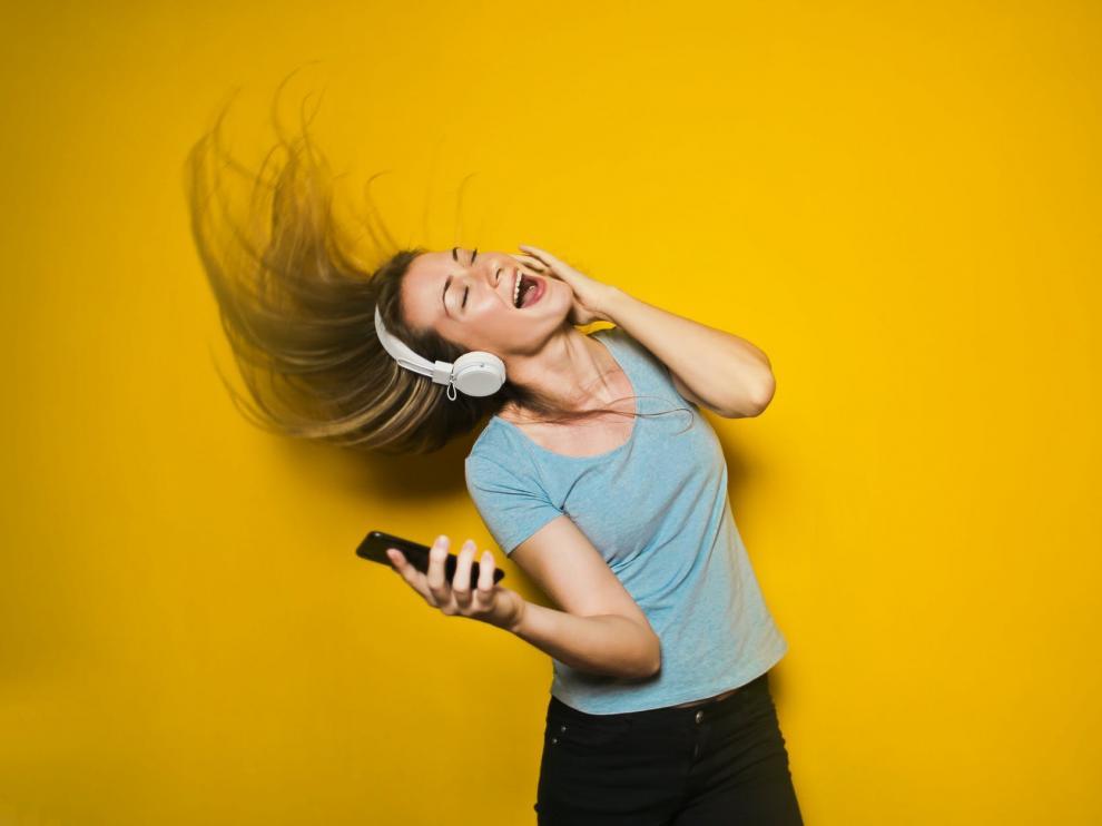Escuchar la música muy alta pueda dañar tus oídos para toda la vida.