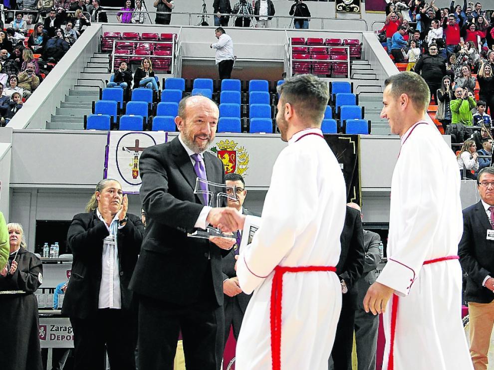 Mariano Julve entrega el premio a los vencedores.
