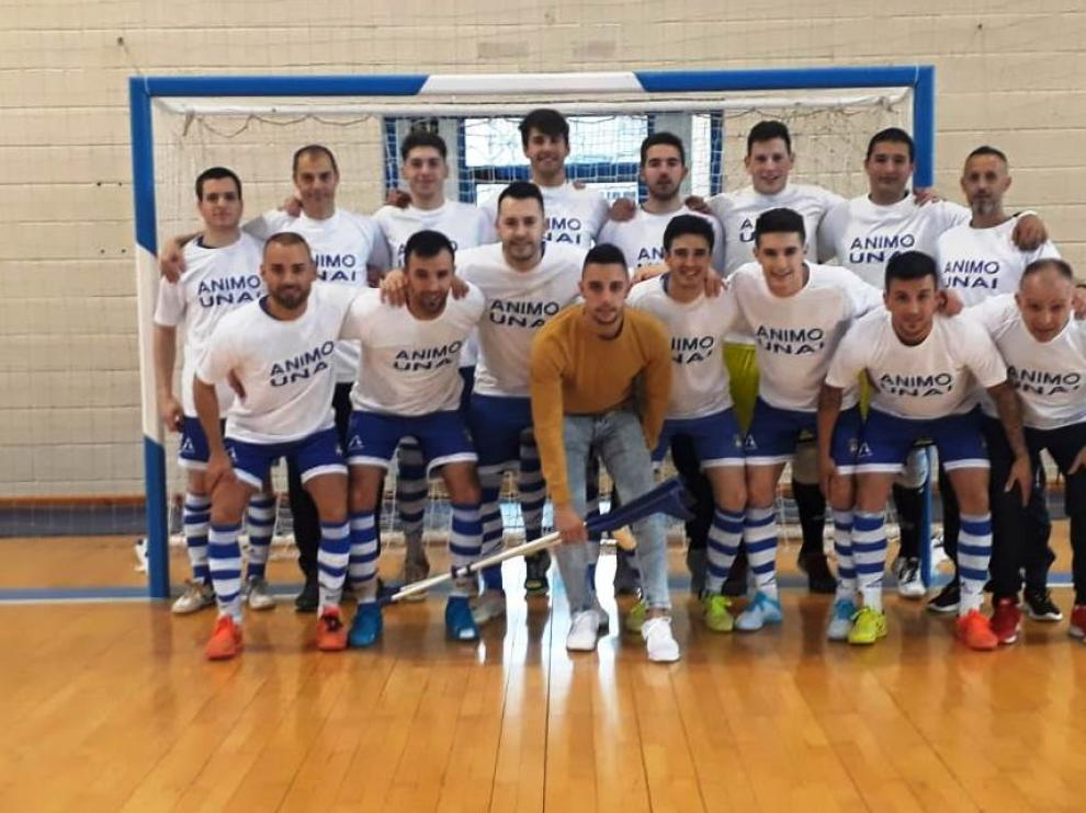 Los jugadores del Pinseque posaron con una camiseta de apoyo hacia su capitán lesionado.