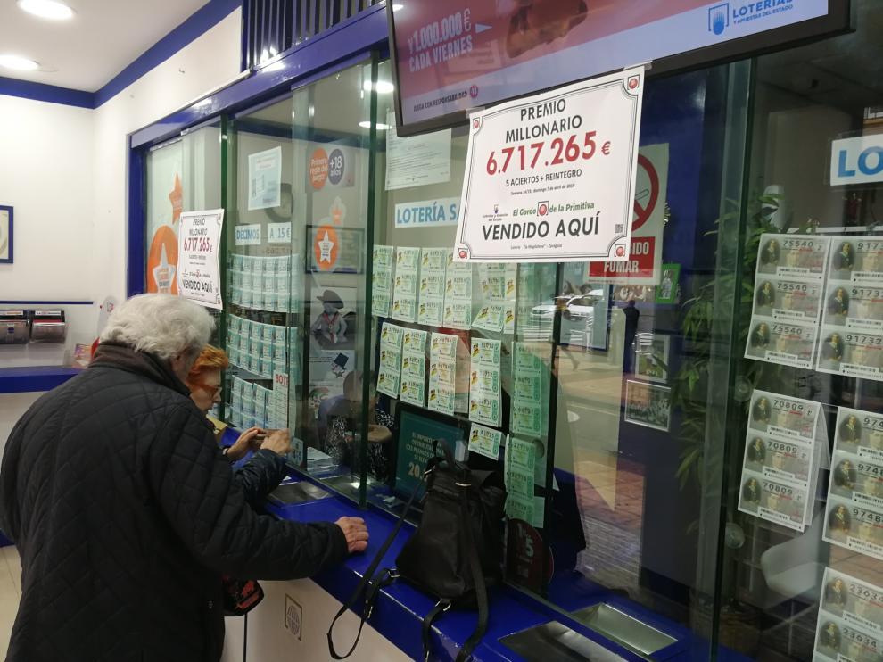 Administración de lotería de Zaragoza de la calle Mayor en la que se vendió el boleto premiado.