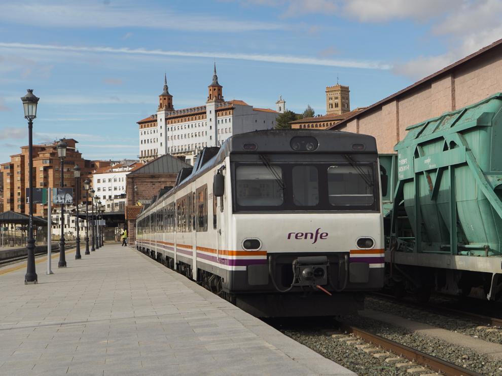Tren de pasajeros retenido en la estacion de Teruel por la averia de un tren de mercancias en Barracas. Foto Bykofoto/Antonio Garcia. 08/03/19 [[[FOTOGRAFOS]]]