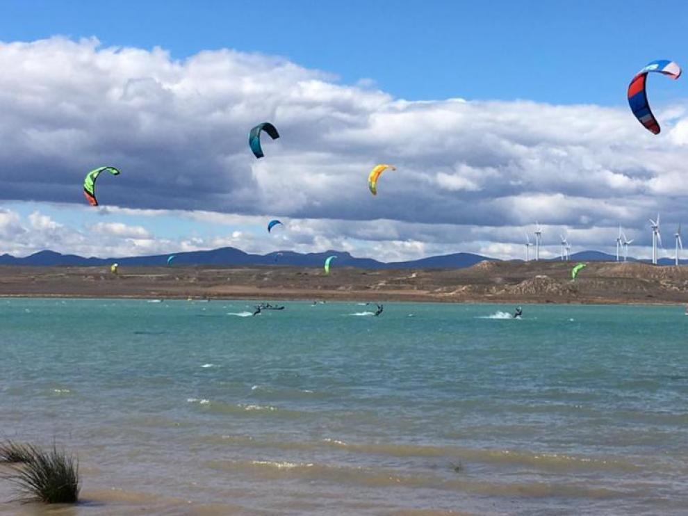 Varios deportistas en acción el pasado domingo, en el transcurso del Campeonato de Aragón de kitesurf.