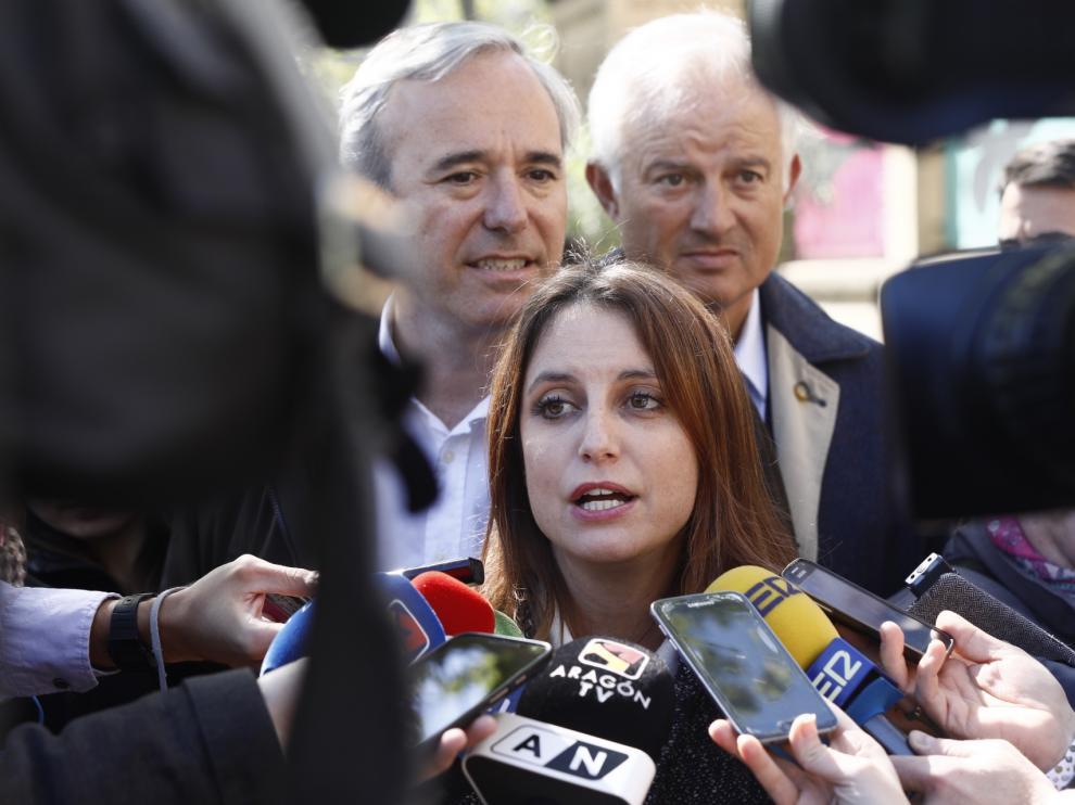 La dirigente del PP Andrea Ley, con los candidatos Jorge Azcón y Eloy Suárez, este martes, en Zaragoza.