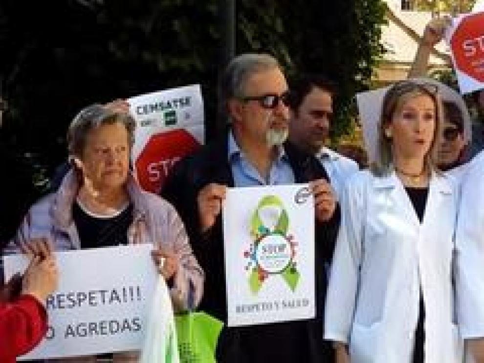 Los sindicatos médicos y de enfermería se han concentrado este martes en protesta por la última agresión ocurrida en el Hospital Provincial de Zaragoza.
