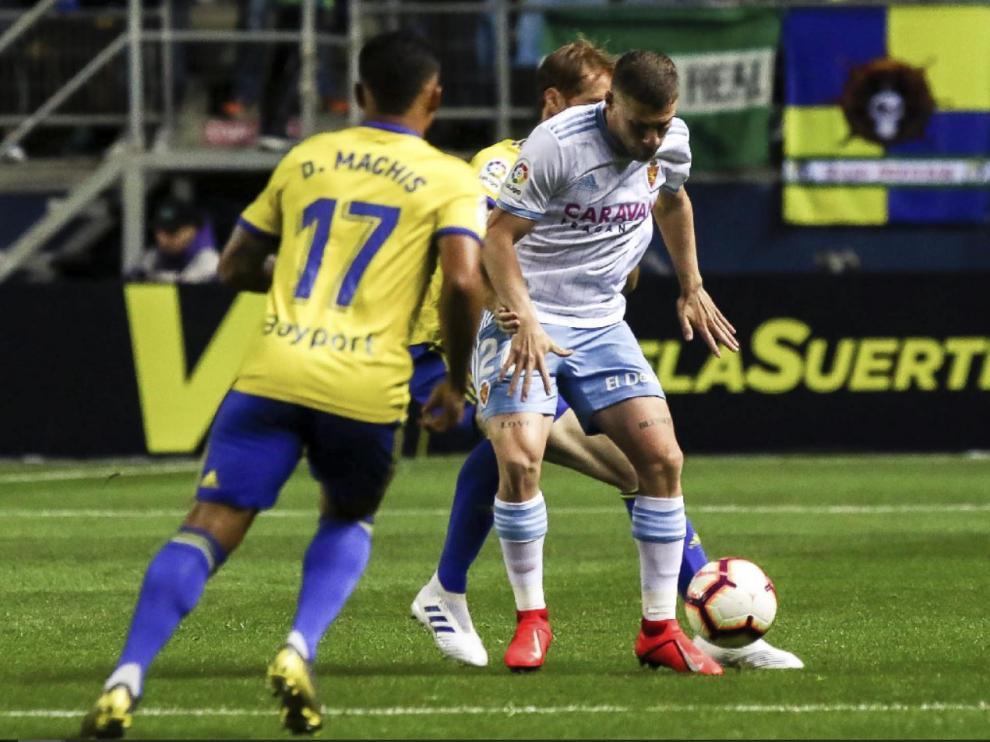 P. Biel recibe el balón entre Álex Fernández y Machís en la línea media durante el Cádiz-Real Zaragoza de este lunes.