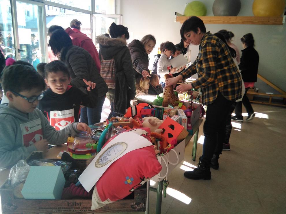 Las familias han colaborado con el mercadillo solidario, tanto donando como comprando objetos.