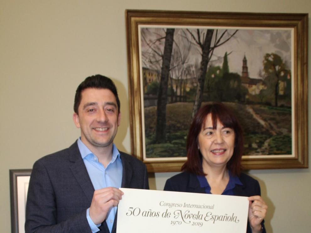 Iván Carpi, concejal de Cultural, con la profesora María Ángeles Naval, coordinadora del certamen literario, sostienen el cartel del congreso.
