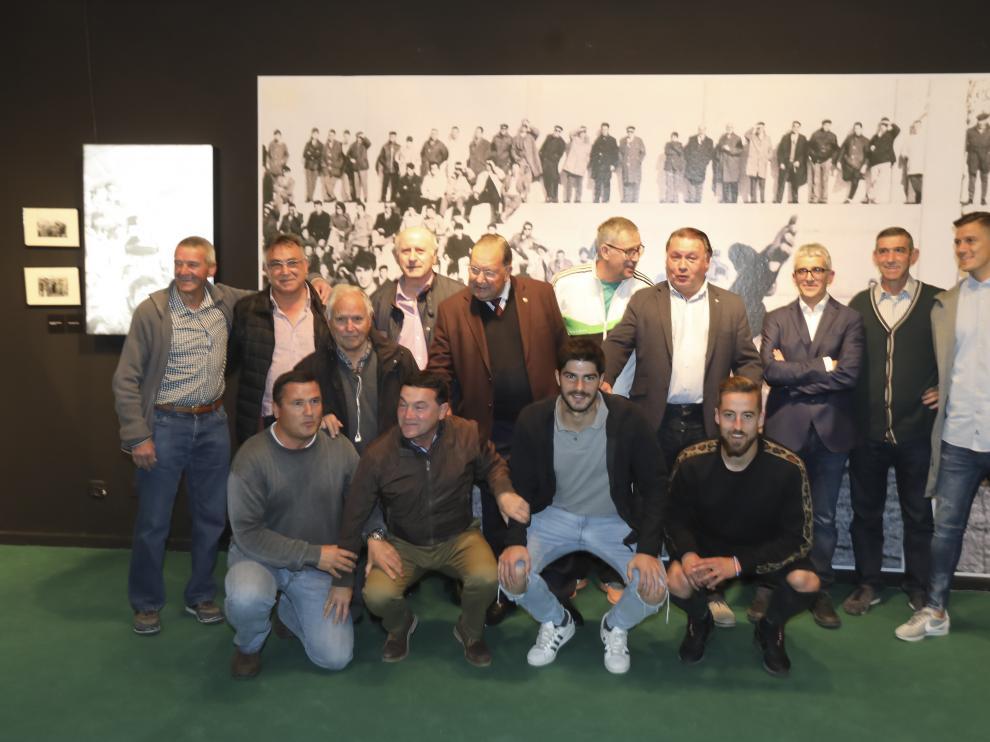 Agustín Lasaosa, en el centro de la imagen, con jugadores y exfutbolistas del Huesca.