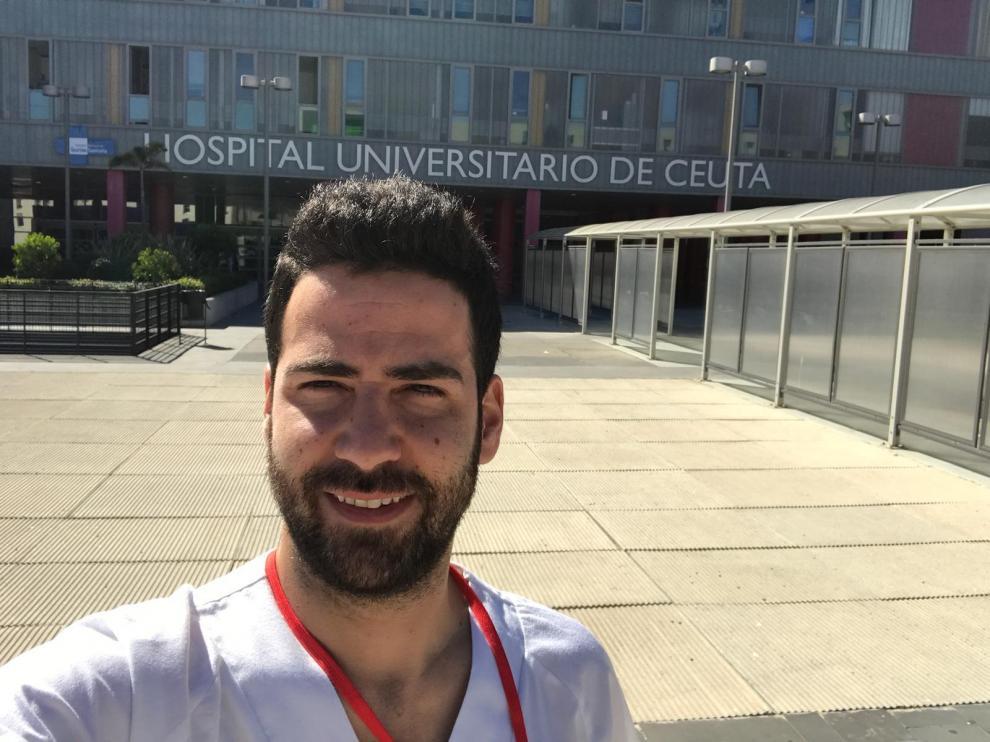 Manuel Tundidor (dcha.), en el Hospital Universitario de Ceuta, donde cursa enfermería.