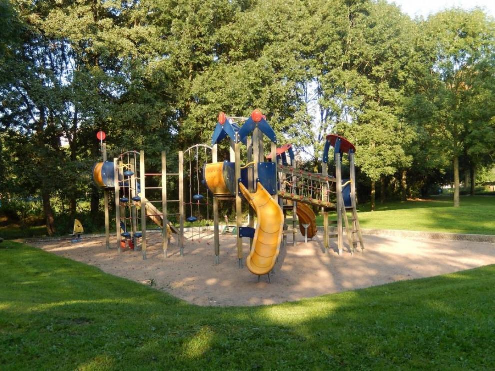 Zona de juegos infantiles en un parque de Calatayud.