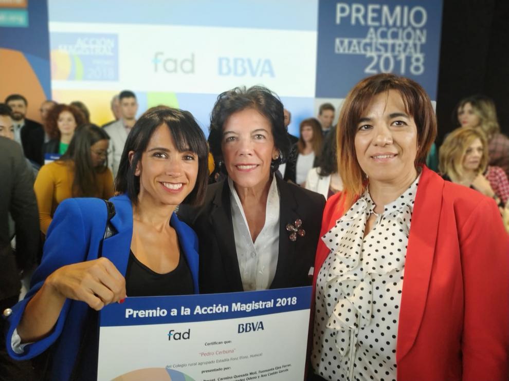 Elena García (a la izq) y Carmina Quesada (a la dcha), con la ministra de Educación, Isabel Celaá.