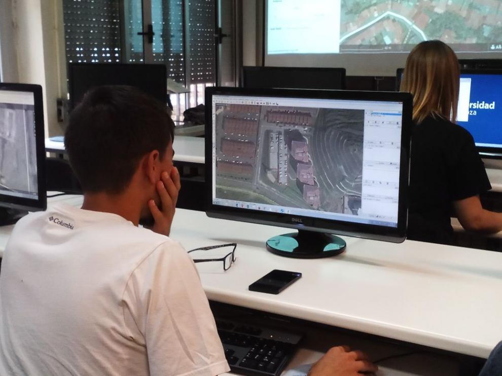 Un estudiante participa en una edición anterior del mapatón.
