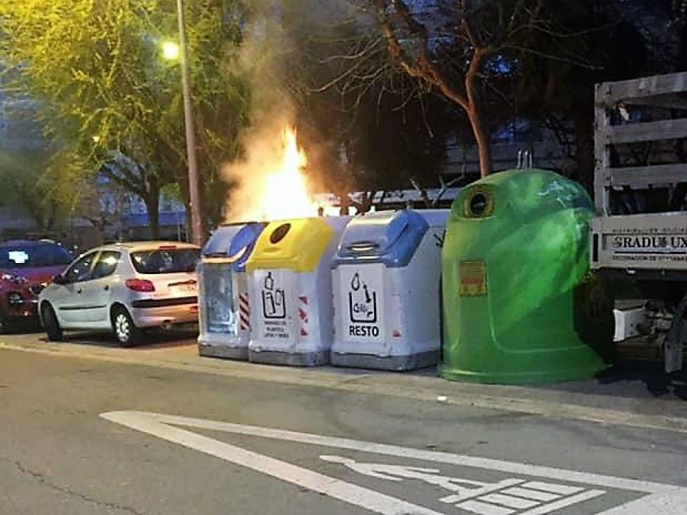 Contenedor ardiendo en una calle de Huesca.
