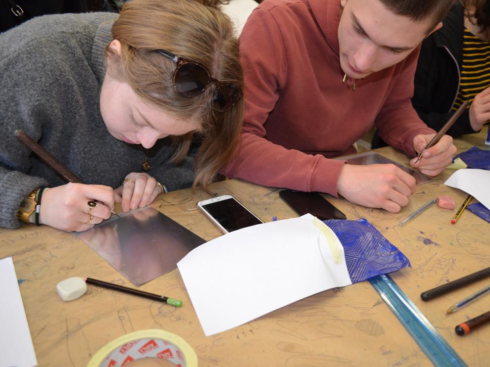 El taller tiene una duración aproximada de una hora y media; cada alumnos realiza su propio grabado y se lleva una copia a casa