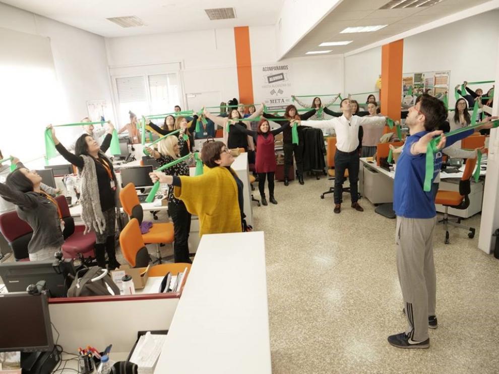 Taller de estiramientos en oficina desarrollado por ASERHCO en las instalaciones de MasterD (Zaragoza).