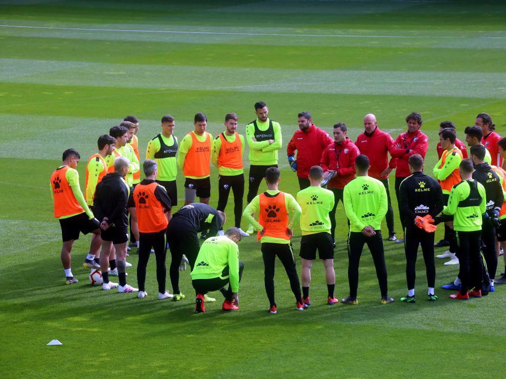 Los jugadores y técnicos de la SD Huesca escuchan a Francisco Rodríguez.