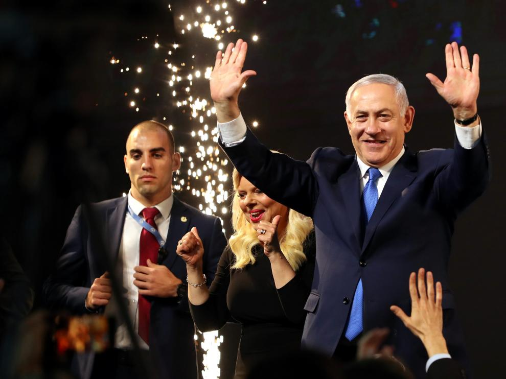 Israeli Prime Minister Benjamin Netanyahu and his wife Sara react as they stand on stage following the announcement of exit polls in Israel's parliamentary election at the party headquarters in Tel Aviv, Israel April 10, 2019. REUTERS/Ammar Awad [[[REUTERS VOCENTO]]] ISRAEL-ELECTION/