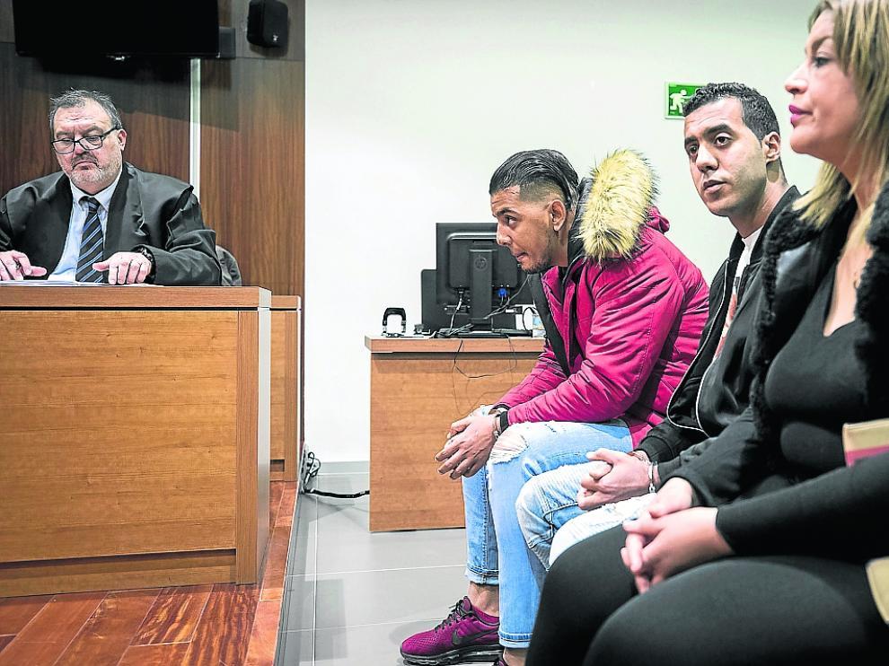 Con cazadora roja, Jamal Mounaji, sentado junto a Djamel Mehida y Wafa Rabbani, en el juicio.