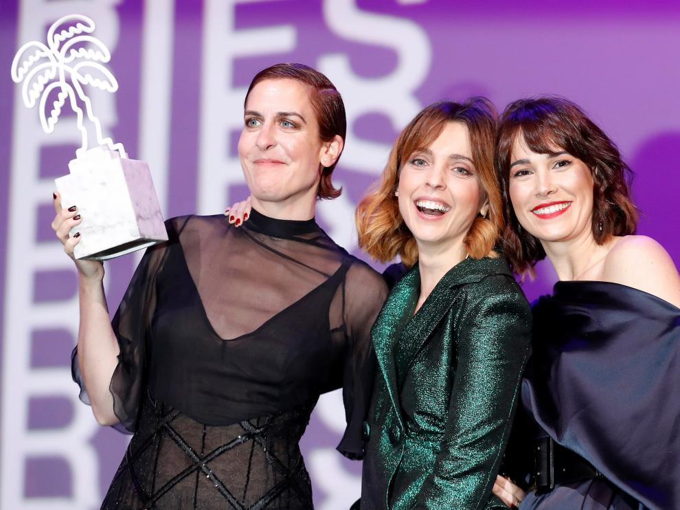Las actrices Aixa Villagran, Leticia Dolera y Celia Freijeiro recogen el premio a la mejor serie de TV en el festival Canneseries por 'Déjate llevar'.
