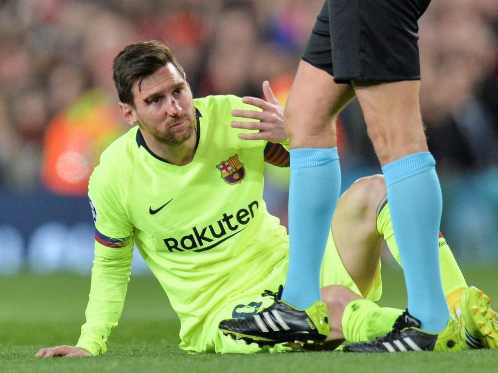 Leo Messi recibió un golpe durante el partido.