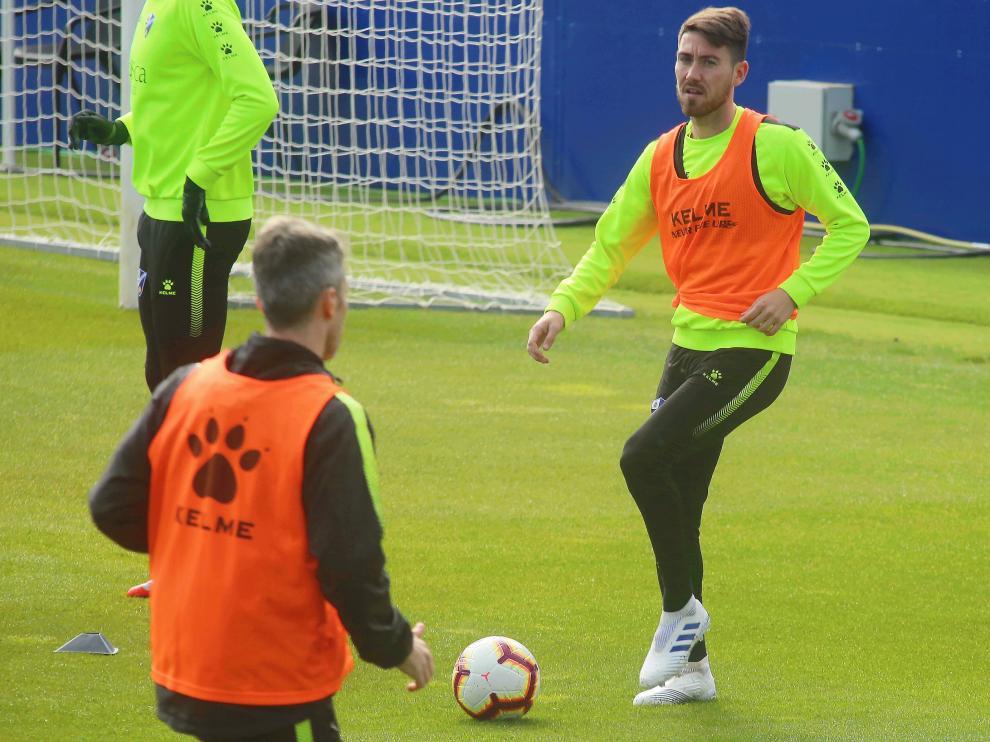 Moi Gómez toca la pelota durante el entrenamiento de este miércoles.
