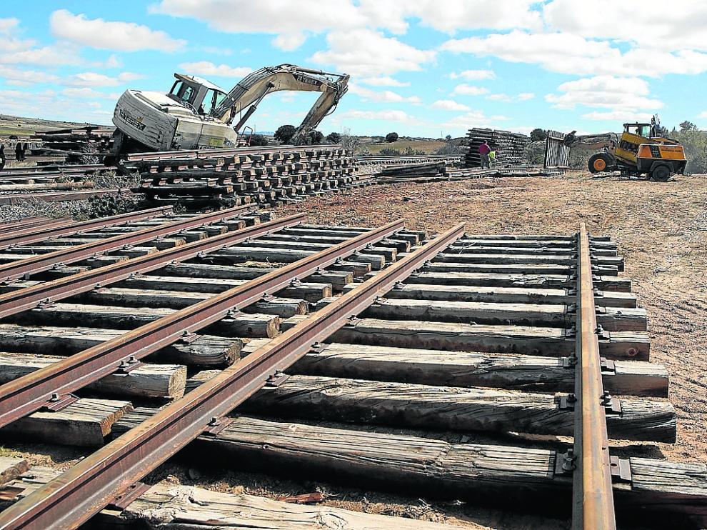 Trabajos de desmantelamiento de la vía minera a su paso por Villar del Salz.