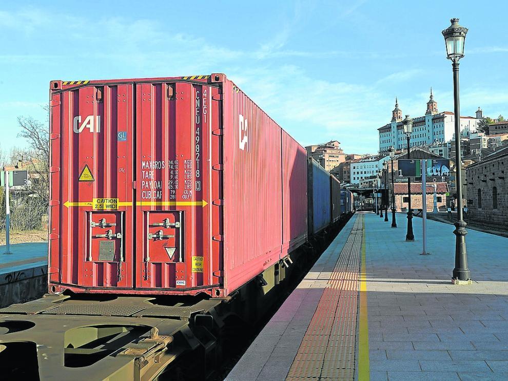 Un mercancías, en el andén principal de la estación de Teruel por falta de apartaderos grandes.