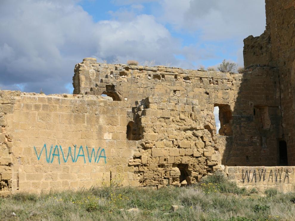 Pintadas aparecidas en los muros interiores de una de las torres del castillo de Montearagón