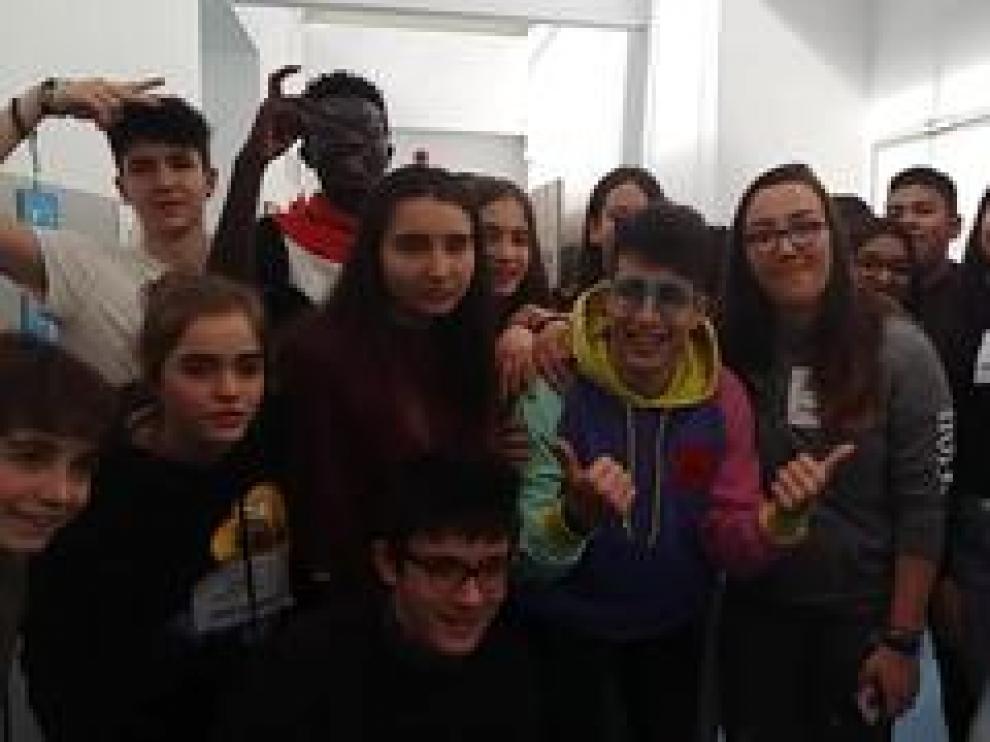 Los youtubers Tekendo y Antón Lofer han participado este jueves en el taller 'Somos Más' , organizado por Youtube y el Gobierno de España en el IES Pablo Gargallo de Zaragoza, para luchar contra los discursos de odio en las redes sociales.