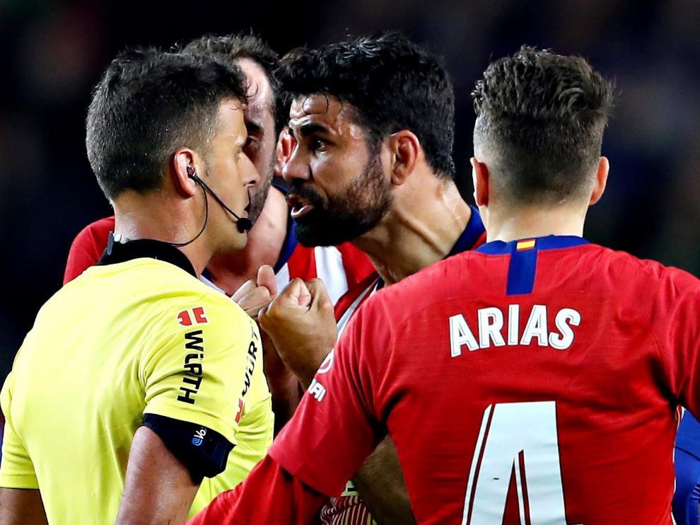 A Diego Costa le han caído cuatro partidos de sanción por insultar al árbitro del Barcelona-Atlético del pasado sábado, Gil Manzano, y otros cuatro por agarrarle del brazo.