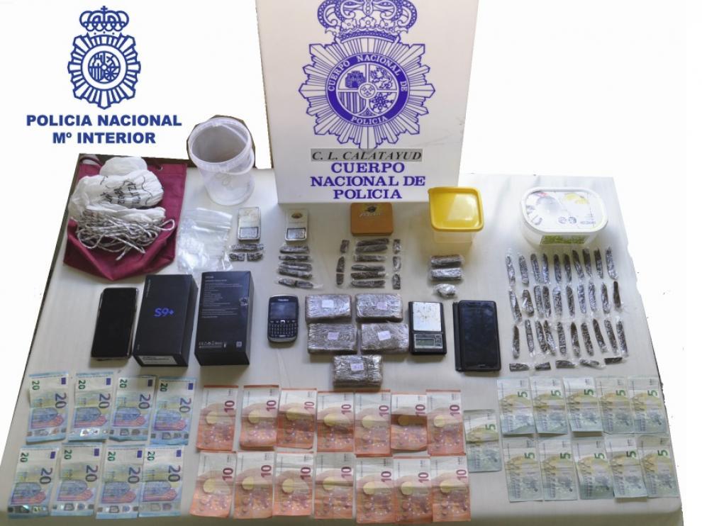 El hachís y otros objetos intervenidos en el domicilio del detenido.