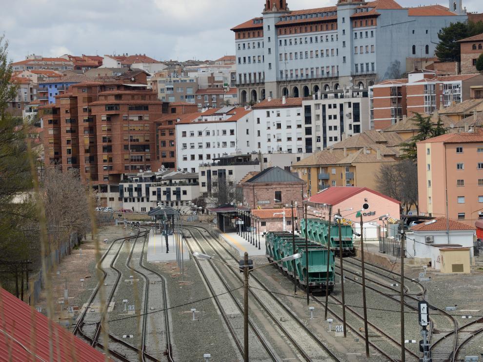 Entre las propuestas del equipo redactor del nuevo PGOU, destaca trasladar el tráfico de mercancías por tren a una nueva estación en el entorno de Platea o en Cella para reutilizar los espacios vacíos como zona residencial y facilitar la conexión de la ciudad con la vega del Turia.