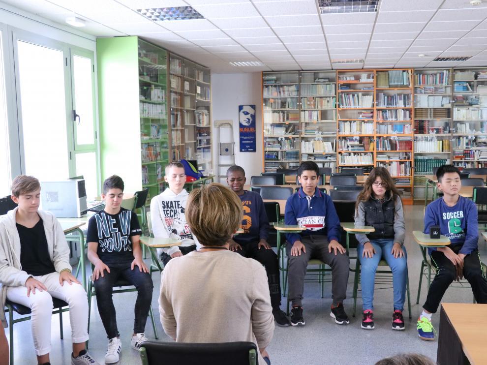 Alumnos del IES Luis Buñuel de Zaragoza, en una sesión de 'mindfulness'