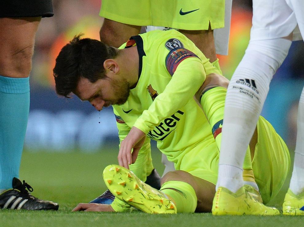 Messi, tras recibir un golpe en la cara en el partido de la Liga de Campeones contra el Manchester United.