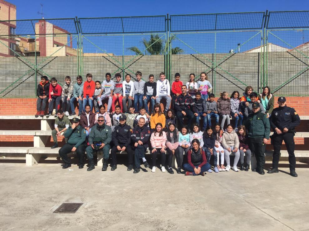 Niños del colegio Santa Ana, de Caspe, junto a los voluntarios.