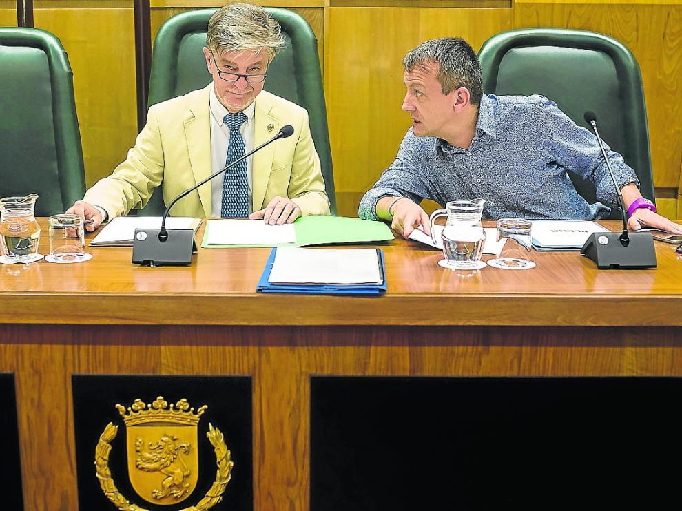 Pedro Santisteve y Fernando Rivarés, en un pleno municipal.
