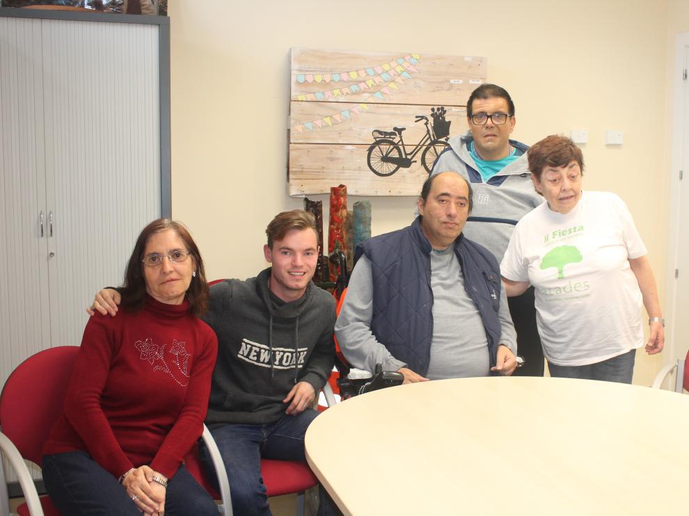 Pili, de 66, Óscar, de 42, Manolo, de 48, Alejandro, de 19, y Lourdes, de 56 tienen sus ilusiones puestas en las urnas.