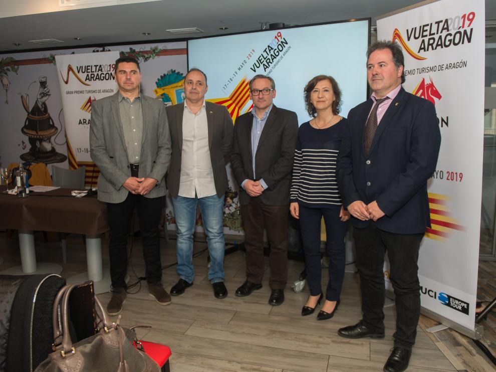 De izquierda a derecha, Alfredo García, Luis Marquina, Joaquín Juste, Marisa Romero y Jorge Marqueta, en la presentación de la Vuelta a Aragón.