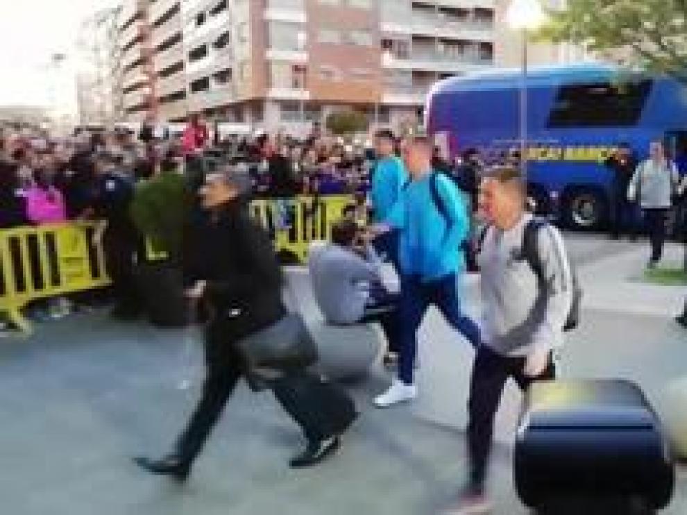 El equipo catalán ha llegado en su autobús este viernes por la tarde a la capital oscense.