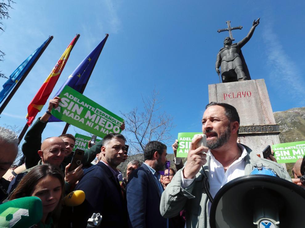 El presidente de Vox, Santiago Abascal, bajo la estatua de Don Pelayo.