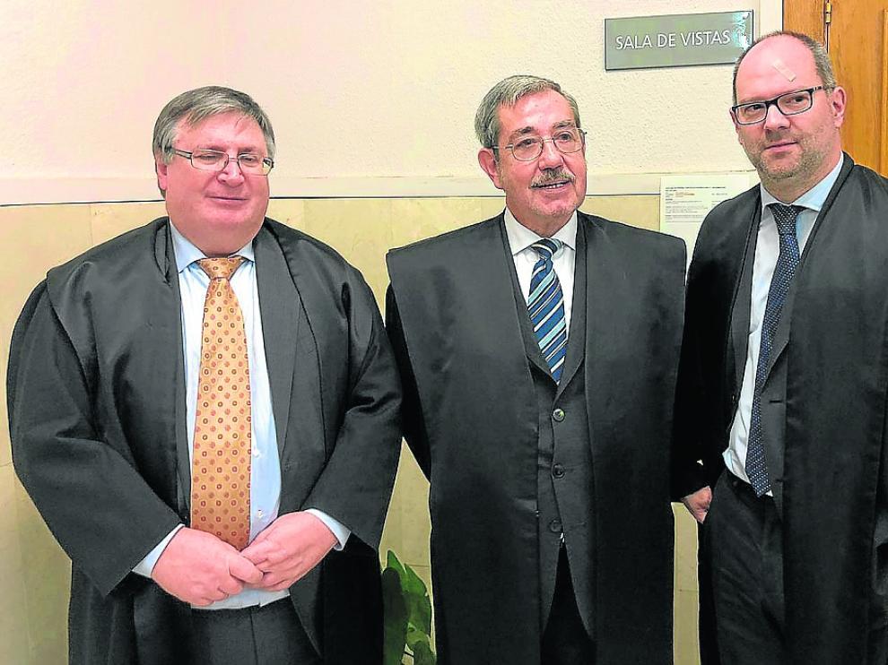 Español –izda.–, junto a los otros dos abogados que defienden los intereses de Aragón en el litigio.