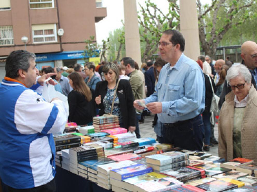 Mercado de libros en la plaza del Conservatorio.