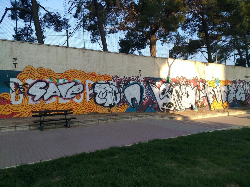 El mensaje 'Inspirar desesperada pasión es mi destino' ha desaparecido bajo las firmas de varios grafiteros.