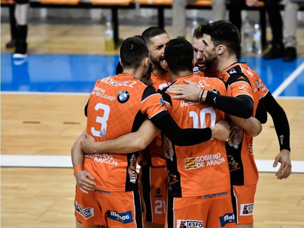 Los jugadores del Club Voleibol Teruel celebran la victoria ayer en el pabellón Son Moix de Palma
