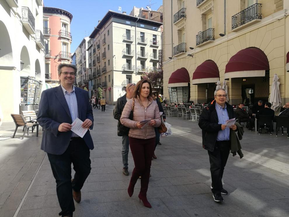 Lourdes Guillén durante su paseo por Huesca el primer día de campaña.