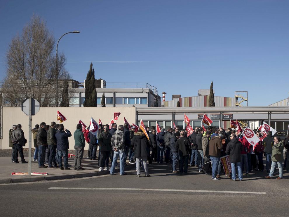 Protesta de los trabajadores a las puertas de la fábrica de Megasa en el PTR de Zaragoza