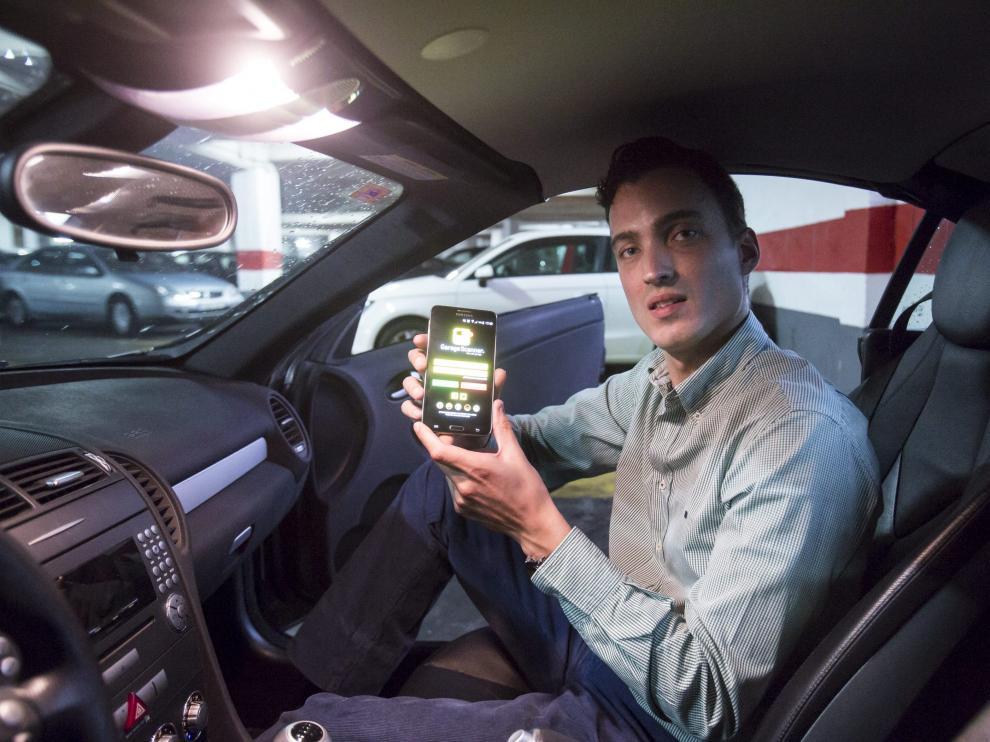 El emprendedor zaragozano, Juan López, muestra la aplicación de Garagescanner
